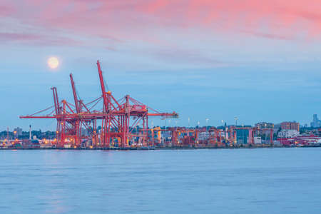 Photo pour Vancouver Port with hundreds of shipping containers at night - image libre de droit
