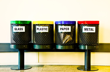 Photo pour Four recycling bins, the main materials to be recycled - image libre de droit