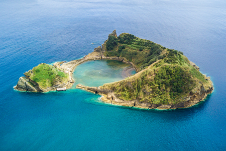 Photo pour Top view of Islet of Vila Franca do Campo is formed by the crater of an underwater volcano near San Miguel island, Azores archipelago, Portugal. - image libre de droit