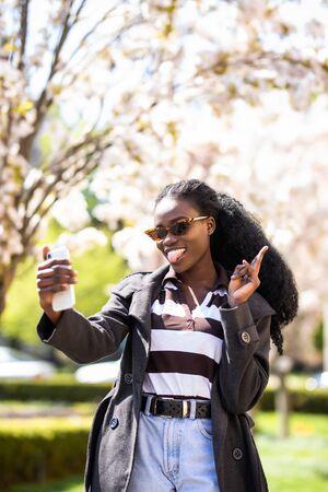 Photo pour beautiful african young woman selfie in the city - image libre de droit