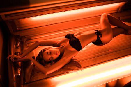 Photo pour Beautiful woman have tanning skin treatment in modern solarium - image libre de droit
