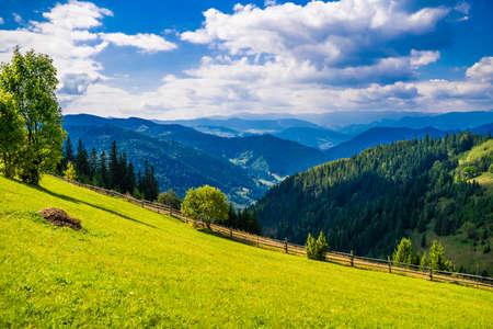 Photo pour Wonderful landscape of Ukrainian Carpathian mountains. - image libre de droit
