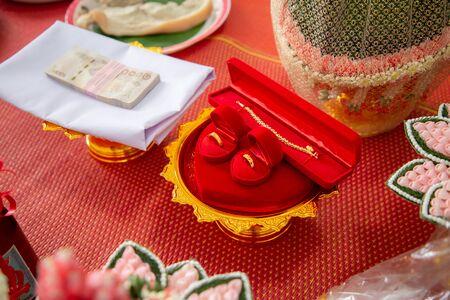 Photo pour wedding golden rings necklace and money  . Thai dowry - image libre de droit