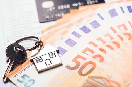 Photo pour House key on euro Banknotes - image libre de droit