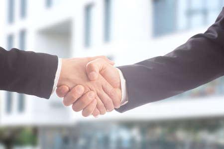 Photo pour Close-up of business people shaking hands - image libre de droit