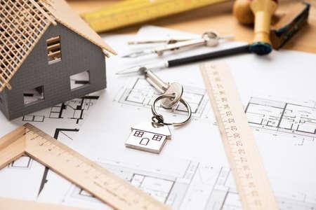 Foto de A model house on blueprints with keys to the new home. Close up - Imagen libre de derechos