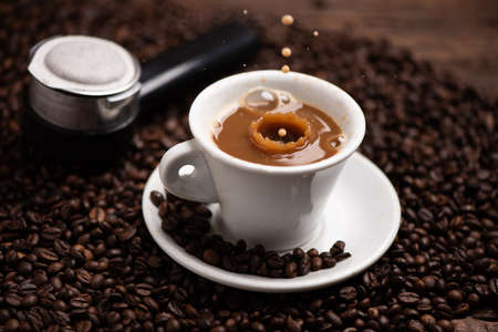 Photo pour Drops of coffee splashing in a coffe milk, high speed close up - image libre de droit