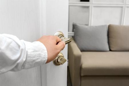 Foto de Man open the door - Imagen libre de derechos