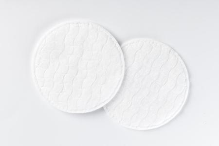 Photo pour Cotton pads isolated on white background - image libre de droit