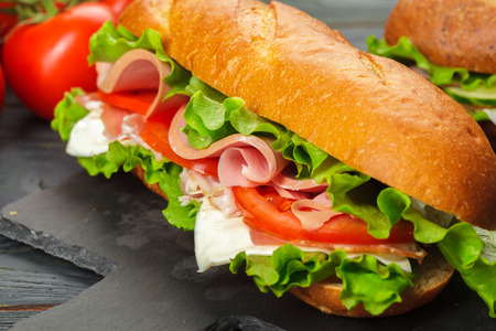Foto de sandwich on a wooden table - Imagen libre de derechos