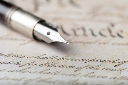 Foto de Fountain pen on an antique handwritten letter - Imagen libre de derechos