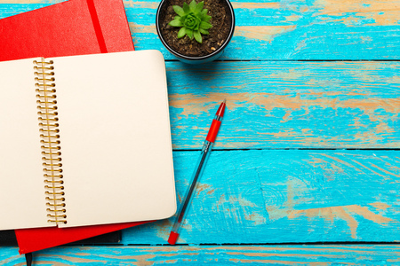 Photo pour Top view workspace with blank notebook and pen on wooden table background - image libre de droit