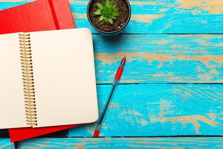 Foto de Top view workspace with blank notebook and pen on wooden table background - Imagen libre de derechos