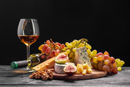 Photo pour Wine and cheese on the table - image libre de droit