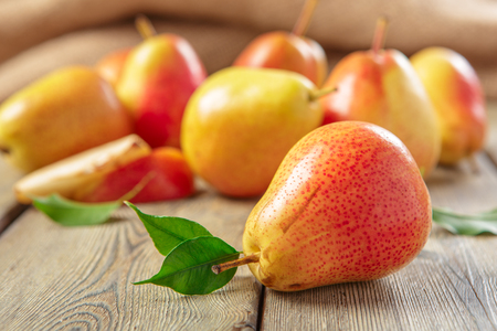 Foto für Ripe pears on rustic wooden table - Lizenzfreies Bild