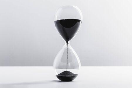 Photo pour Close up hourglass on table - image libre de droit