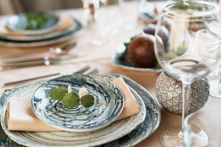 Photo pour Beautiful elegant table setting with green stylish dishware and silver cutlery - image libre de droit