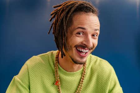 Foto de Portrait of a happy positive guy with dreadlocks - Imagen libre de derechos