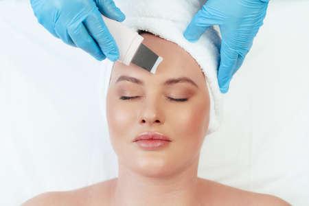 Photo pour Beautiful woman receiving ultrasonic face cleaning in beauty salon - image libre de droit