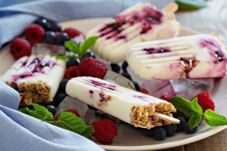 Frozen yogurt sticks with oats and jam