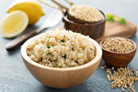 Photo pour Lemon herbed cooked quinoa in a bowl - image libre de droit