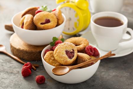 Photo pour Mini raspberry muffinswith sour cream for breakfast - image libre de droit