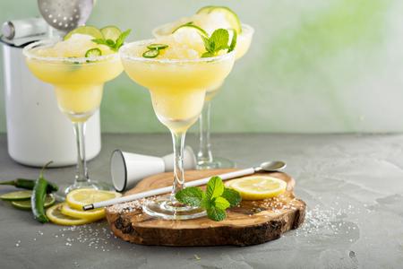 Foto de Refreshing summer margarita cocktail - Imagen libre de derechos