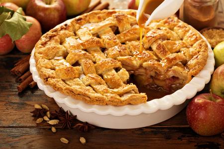 Photo pour Apple pie decorated with lattice - image libre de droit