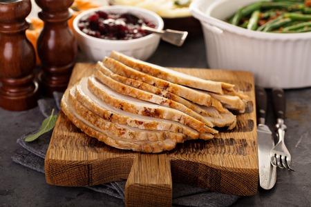 Foto de Sliced roasted turkey breast for Thanksgiving or Christmas - Imagen libre de derechos