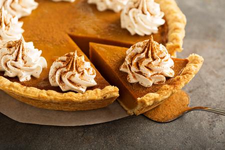 Photo pour Pumpkin pie with whipped cream - image libre de droit
