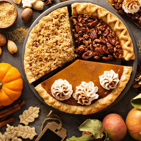 Photo pour Fall traditional pies pumpkin, pecan and apple crumble - image libre de droit