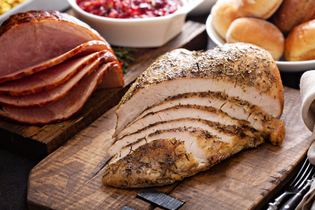 Photo pour Roasted turkey breast sliced - image libre de droit