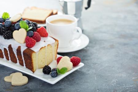Foto de Valentine day baking, vanilla cake with heart shaped cookie decoration,sweet treats - Imagen libre de derechos