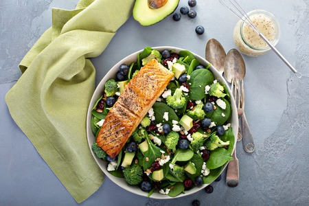 Foto de Fresh spinach and feta salad with salmon - Imagen libre de derechos