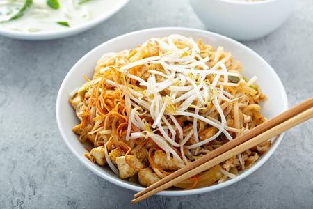Photo pour Pad Thai noodles with chicken - image libre de droit