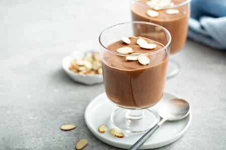 Photo pour Chocolate pudding with sliced almonds - image libre de droit