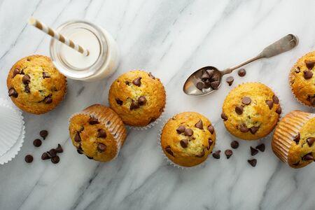 Foto de Chocolate chip muffins with milk - Imagen libre de derechos