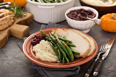 Photo pour Thanksgiving plate with turkey and sides - image libre de droit