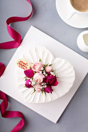 Photo pour Valentines Day cake with cream - image libre de droit