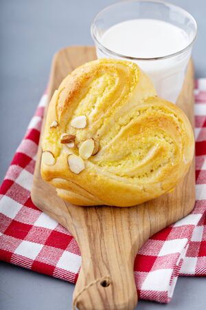 Photo pour Heart shaped pastry or sweet roll with milk, romantic treat for Valentines day - image libre de droit