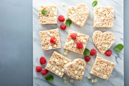 Photo pour Rice crispies treat with raspberry and white chocolate - image libre de droit