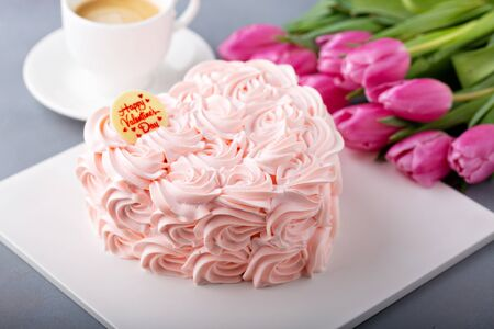 Photo pour Valentines Day cake topped with cream roses - image libre de droit