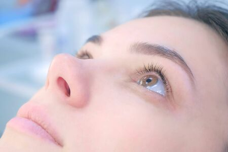 Foto de Womans lashes after beauty procedure of eyelash lifting and laminating in beauty clinic, face closeup. Young woman in cosmetology clinic. Lift of lash and eyelash. - Imagen libre de derechos