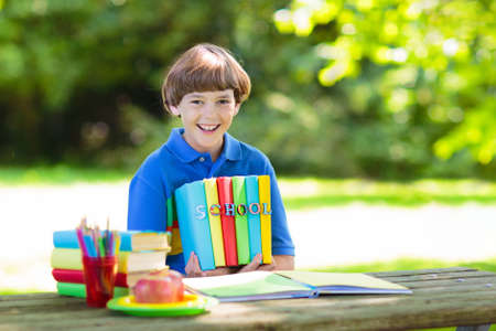 Photo pour Child going back to school. Start of new school year after summer vacation. School lunch break. Little boy  with backpack and books on first school day. Education for kindergarten and preschool kids. - image libre de droit