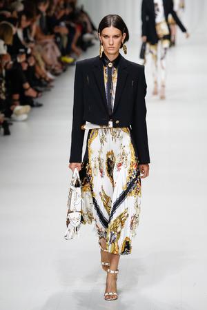Foto de MILAN, ITALY - SEPTEMBER 22: Marte Mei van Haaster walks the runway at the Versace show during Milan Fashion Week Spring/Summer 2018 on September 22, 2017 in Milan, Italy. - Imagen libre de derechos