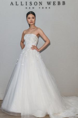 Photo pour NEW YORK, NY - APRIL 12: A model poses during the Allison Webb Spring 2020 bridal fashion presentation at New York Fashion Week: Bridal on April 12, 2019 in NYC. - image libre de droit