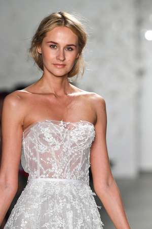 Photo pour NEW YORK, NY - APRIL 11: A model walks the runway during the Mira Zwillinger Spring 2020 fashion collection at New York Fashion Week: Bridal on April 11, 2019 in NYC. - image libre de droit