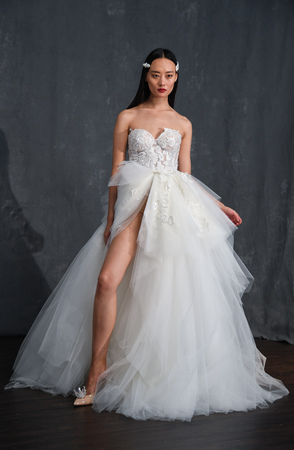 Photo pour NEW YORK, NY - APRIL 14: A model posing during Galia Lahav Spring 2020 bridal fashion presentation at New York Fashion Week: Bridal on April 14, 2019 in NYC. - image libre de droit