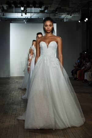 Photo pour NEW YORK, NY - OCTOBER 4: Models walk the runway finale during the Blush by Hayley Paige Fall 2020 Bridal Collection on OCTOBER 4, 2019 in New York City. - image libre de droit