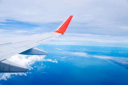 Photo pour Airplane wing On the blue sky natural background - image libre de droit